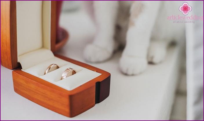 Übergabe von Ringen an Kinder an einem goldenen Hochzeitstag