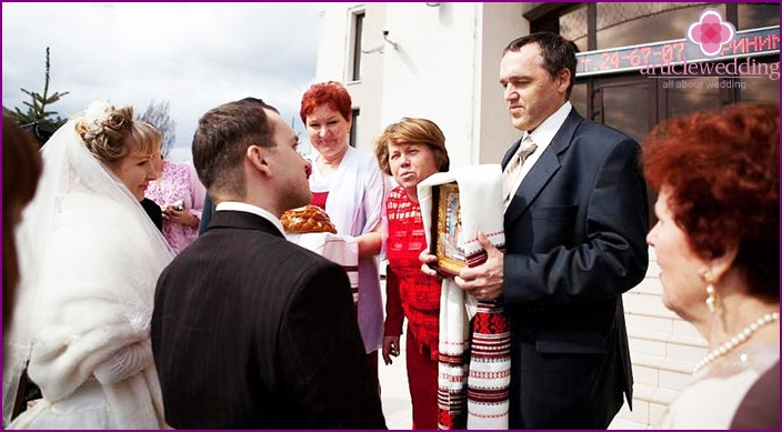 Russian wedding tradition: the blessing of the young