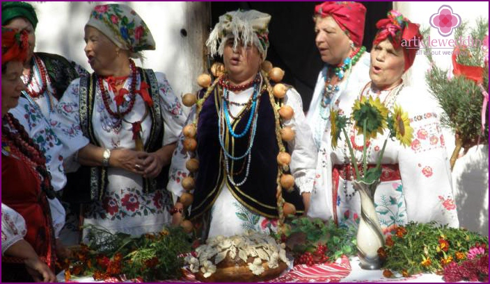 Ukrainian custom to meet young with bread and salt
