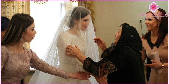 Bride meeting with the groom's mother