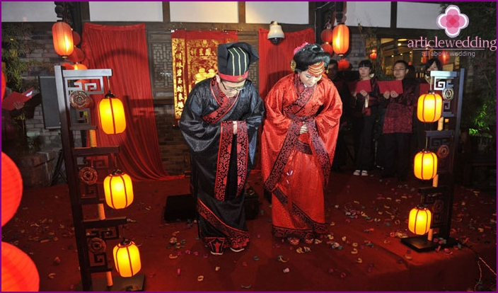 In the photo, Chinese newlyweds with a wedding procession