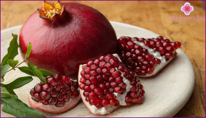 Rite with pomegranate for 40 years of wedding