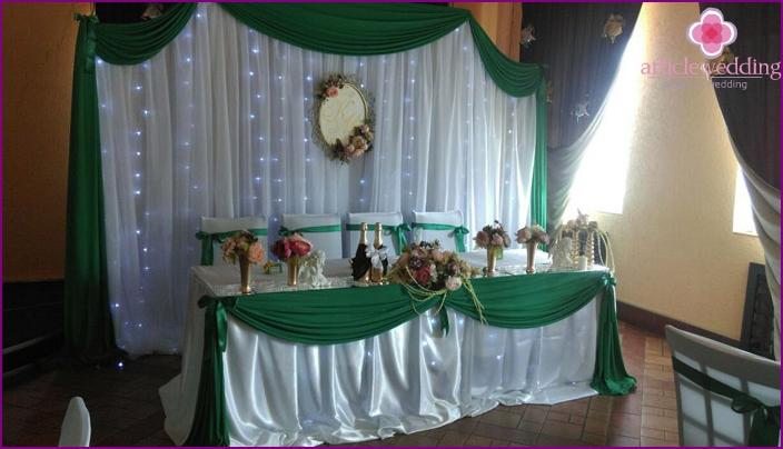 Dekoration des festlichen Tisches zum 55. Hochzeitstag