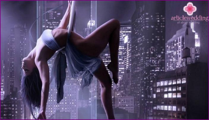 Tyttö tanssii striptease