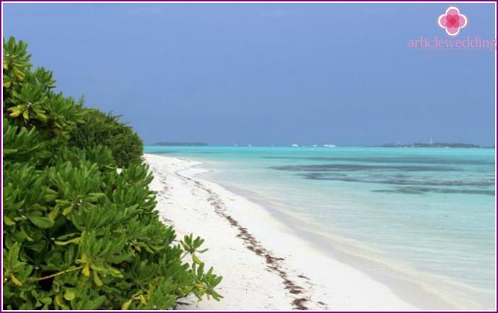 Unbewohnte maledivische Insel Maadu