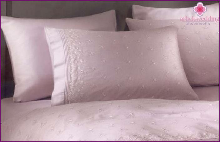 Ein Satz Bettwäsche: Amethystgeschenk von Gästen