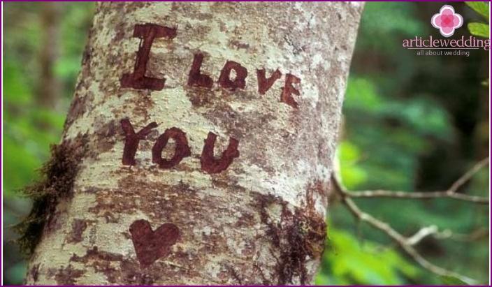Wedding anniversary rite: inscription on the bark of a tree