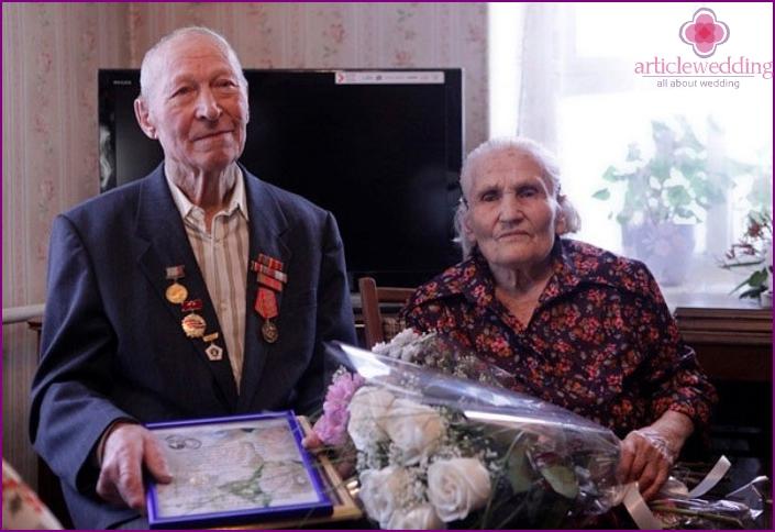 Kron Ehepartner nehmen Glückwünsche von Verwandten entgegen