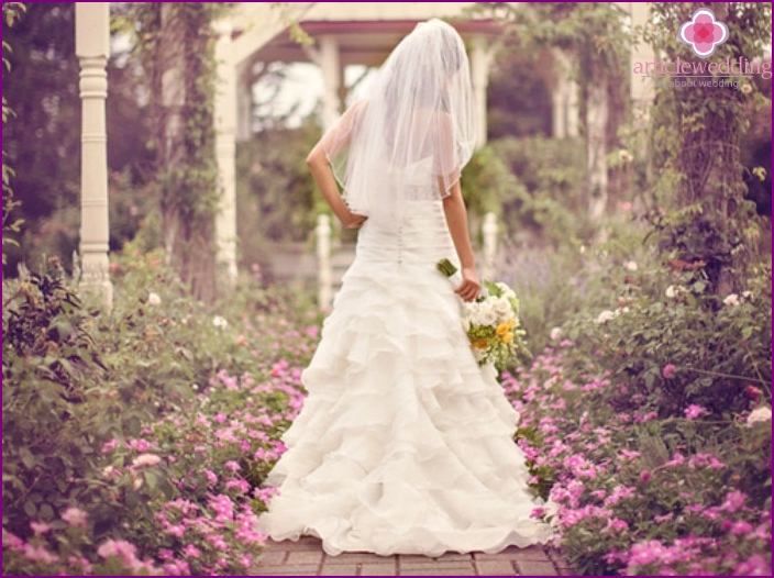 Photo session of the bride in nature