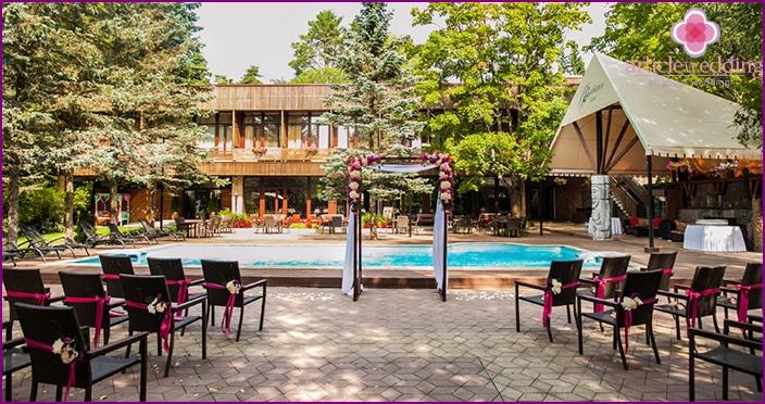 Hochzeit im Freien in einem Landhotel