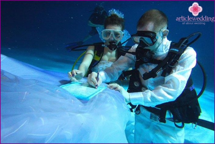 Unusual wedding under water
