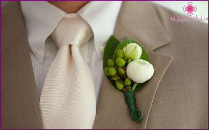 Groom's boutonniere for ivory wedding