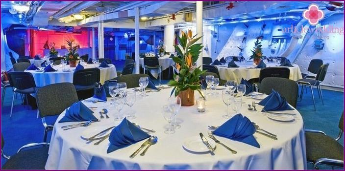 Weißer und blauer Bankettsaal für eine Hochzeit