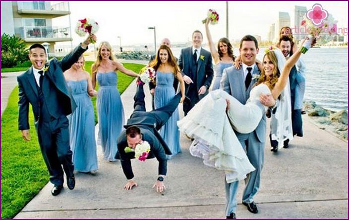 Bräutigam Freunde Outfits für blau-weiße Hochzeit