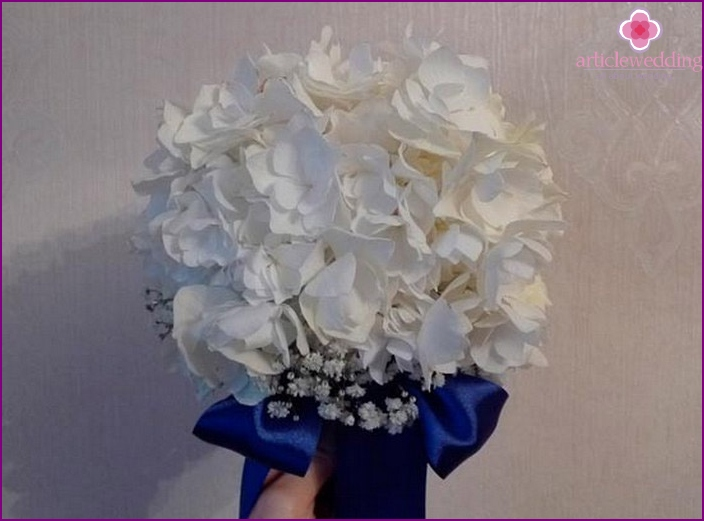 Bridal bouquet in blue and white