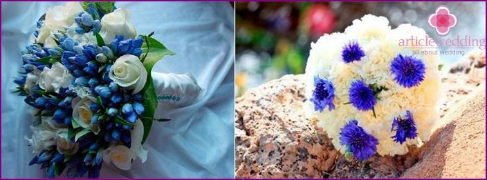 Weiße und blaue Blumensträuße der Braut