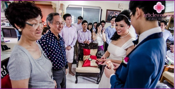 Giving gifts to the heroes of the occasion in China