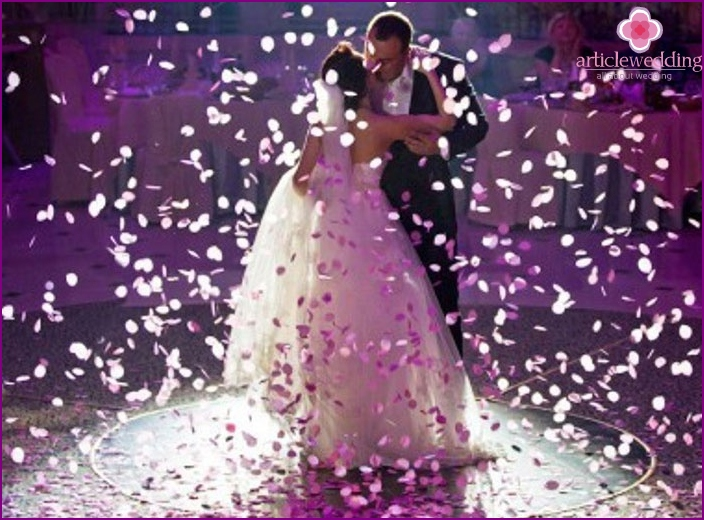 European-style wedding: the first dance of the young