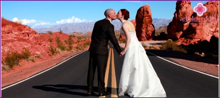 Elegant spouses outfits for a Las Vegas wedding