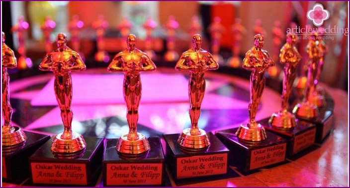 Figurines for guests of the Oscar-style wedding ceremony