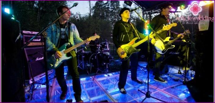Rock-yhtyeen esitys hääissä