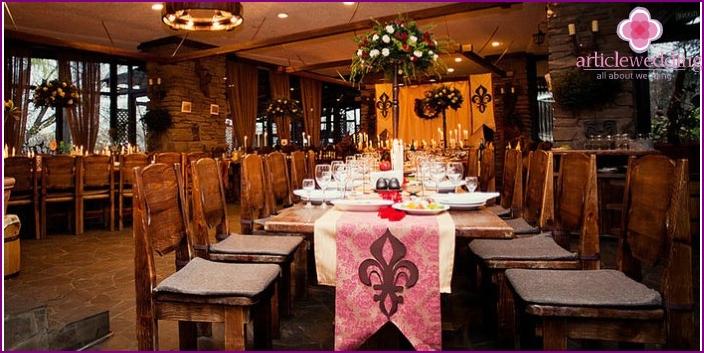 Kaunis pöydän sisustus keskiaikaiseen tyyliin