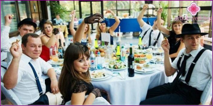 Gäste, die für den Stil der Hochzeit in Chicago gekleidet sind