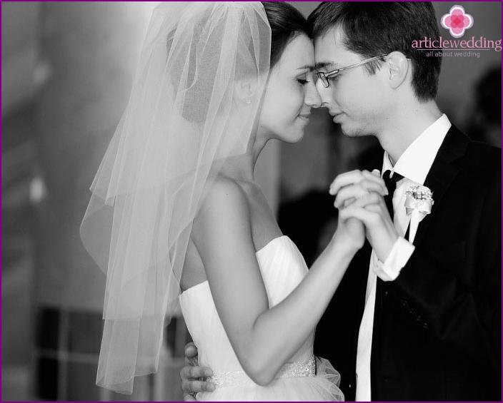 Glücklicher Moment des Hochzeitstanzes