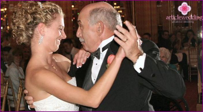 Braut tanzt mit ihrem Vater bei einer Hochzeit