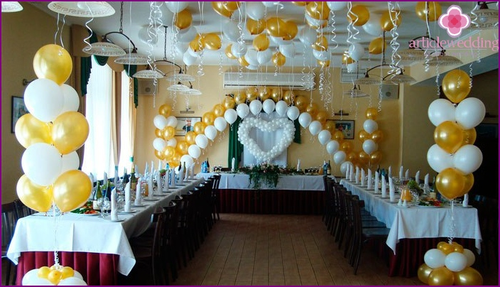 Hall decoration in white and gold