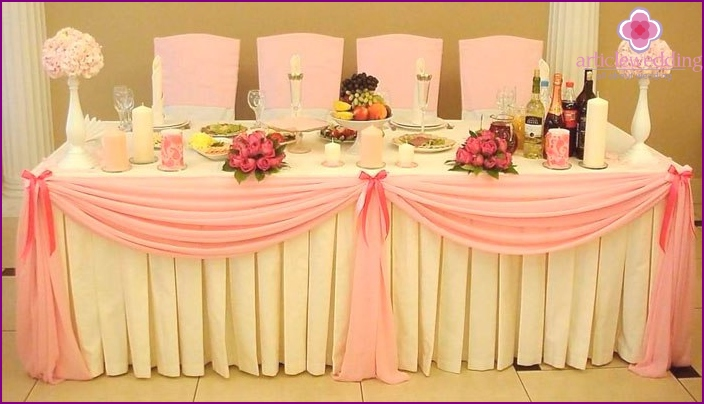 Idea for decorating the table of the bride and groom