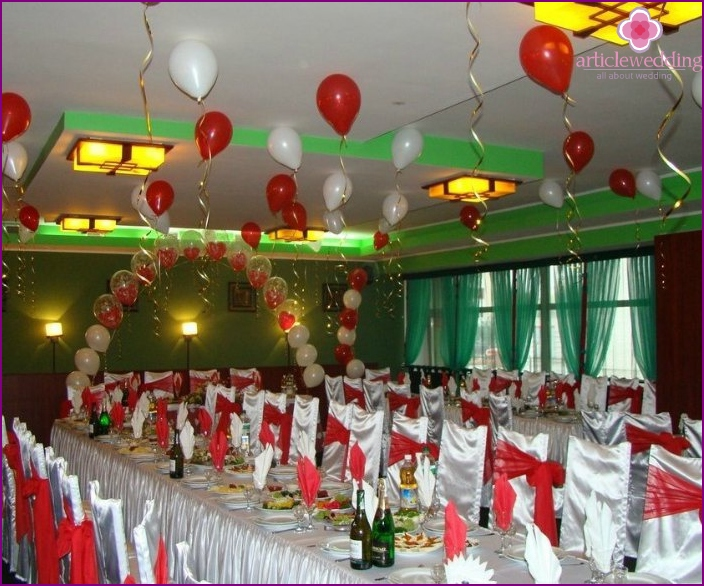 Wedding room decorated with balloons under the ceiling