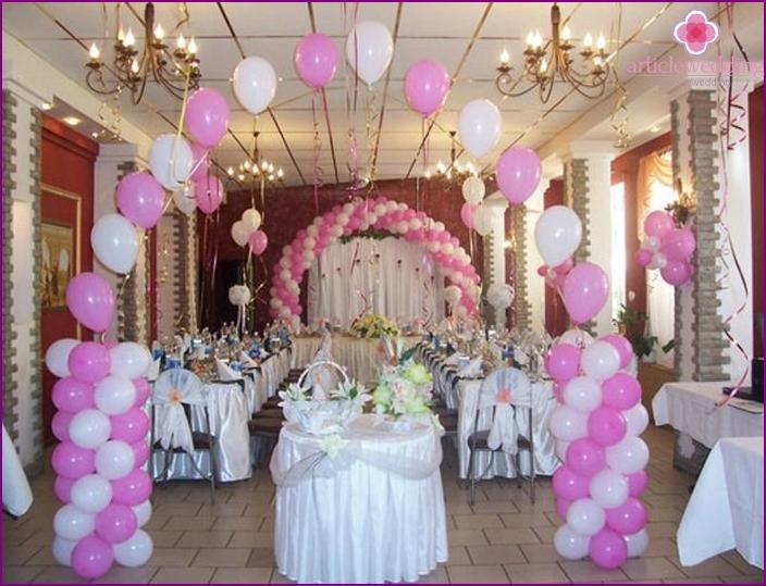 Hochzeitssaal mit bogenförmigen Luftballons dekoriert