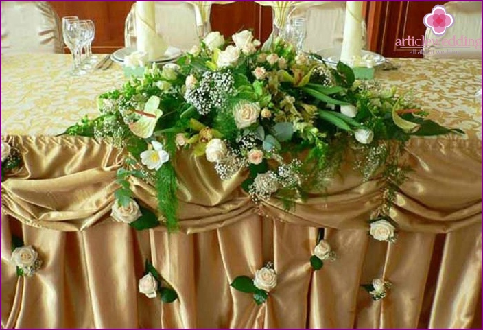 Hochzeitssaal mit Blumenarrangements dekoriert