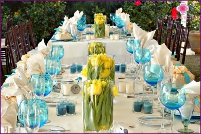 Hochzeitssaal mit Tischen mit kleinen Blumensträußen