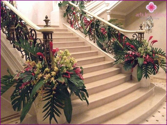 Hochzeitssaal mit Treppen und Bögen mit Blumen geschmückt.