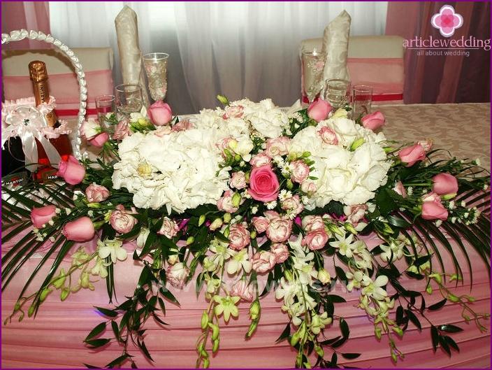 Tischdekoration mit jungen Blumen