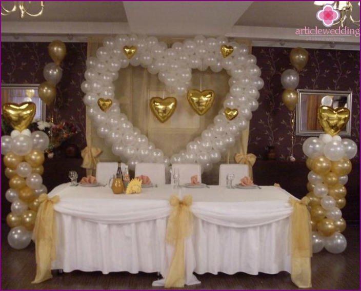 Table decoration for newlyweds with balls and fabric