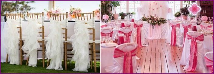 Dekoration von Stühlen für Gäste