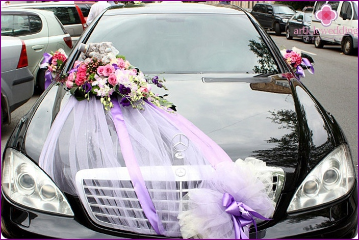 Flowers for a wedding car