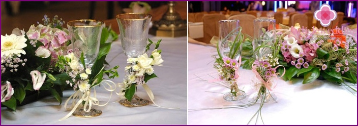 Making glasses for newlyweds with fresh flowers