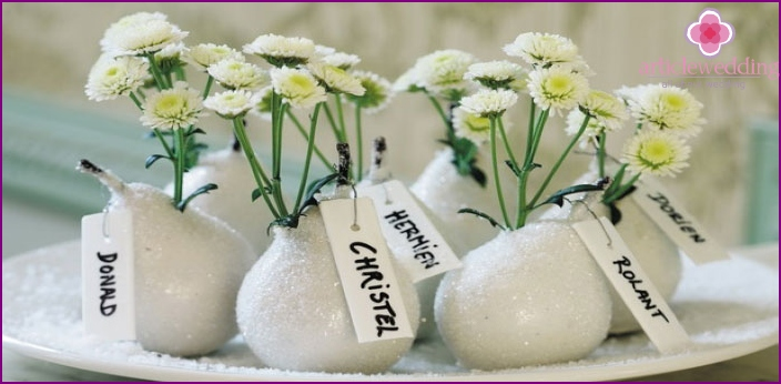 Pebbles with names on the wedding table