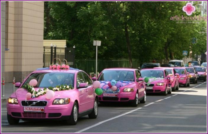 Hääprosessin sisustus vaaleanpunaisilla autoilla
