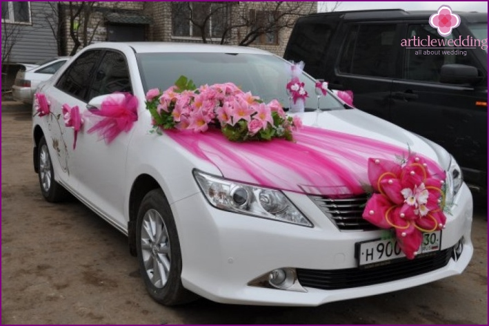 Car decoration for the wedding with fabric and flowers