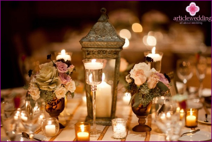 Kerzen und Blumensträuße zum Dekorieren eines Hochzeitstisches