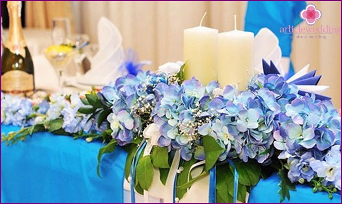Wedding table decorations in blue tones.