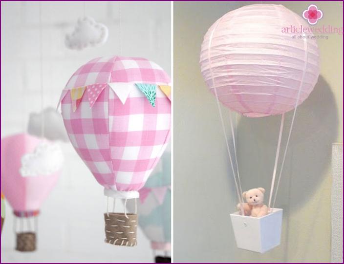 Das Dekor des Eingangs des zukünftigen Ehepartners mit Luftballons