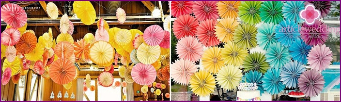 Decoration with a paper fan of the bride's house