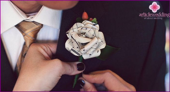Original boutonniere for a happy groom