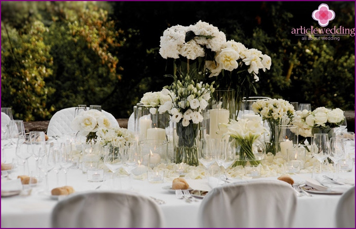 Festive table decoration with flowers.